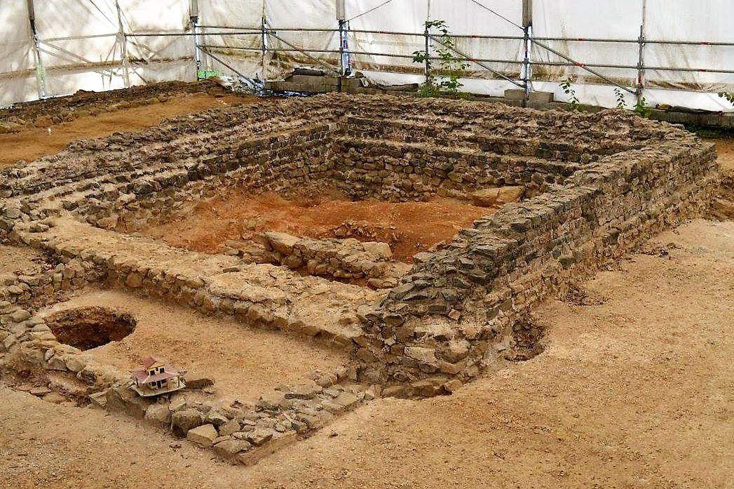 Un site majeur pour la connaissance des Gaulois permettant de comprendre l'interaction avec le monde romain. La découverte du temple gaulois situé sous le fanum et des objets qui s'y trouvaient (carnyx et casques zoomorphes) a permis de mieux connaître le rite vautif des Gaulois et leur art de la guerre. Les luxueux bâtiments romains implantés par la suite sont, eux, un élément pour comprendre le processus d'assimilation du peuple gaulois au sein de l'empire. Pourtant, Tintignac est loin d'avoir livré tous ses secrets. Payant. Nouveauté 2016 : visite numérique, ludique et historique du site en réalité augmentée pour faire un bond de 2000 ans dans le passé ! Une immersion totale au cœur de la Gaule romaine, rendue possible via une application développée spécialement pour le site de Tintignac : par géolocalisation, tablette numérique en main (fournie lors de la visite), vous verrez ainsi s'afficher à l'écran des photos inédites, des vidéos, des commentaires éducatifs, mais aussi une reconstitution 3D du site. Ouvert tous les jours en Juillet-Août, de 10h à 12h et de 13h30 à 18h30&#x3B; du mardi au samedi en juin et septembre, de 13h30 à 18h30. Visites guidées (durée 1h15) à 10h15, 14h, 15h30 et 17h. Sur réservation en basse saison pour les groupes. Entrée : 3 € / Gratuit - de 16 ans. Groupes : 2 € par personne. Dates Du 01/06/2016 au 30/09/2016 (sources: www.tourismecorreze.com)