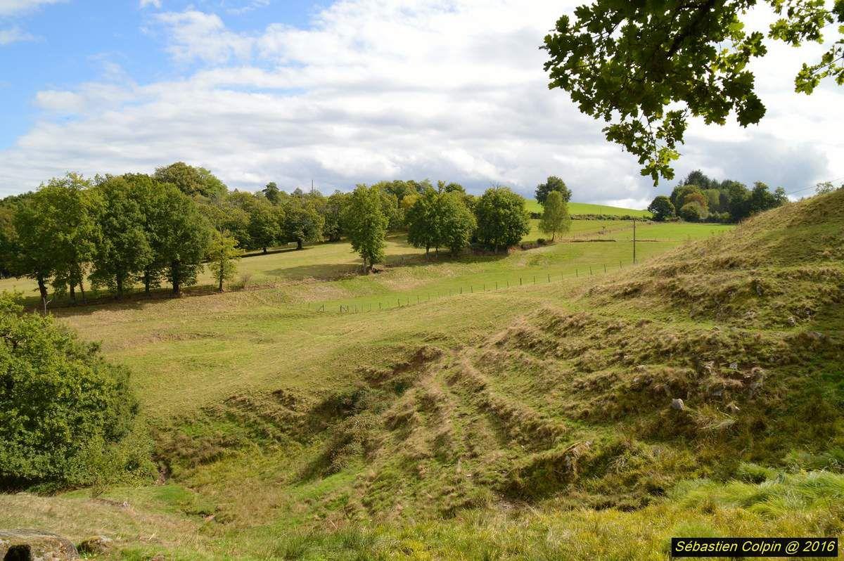 Belle balade au sein du patrimoine historique de Corrèze avec ce magnifique site en Xaintrie à la frontière du Cantal. Paysage superbe, édifices incroyables sur un éperon rocheux et un sentier de 3,5 Kms en pleine forêt avec un village en ruines digne d'un film fantastique!!!