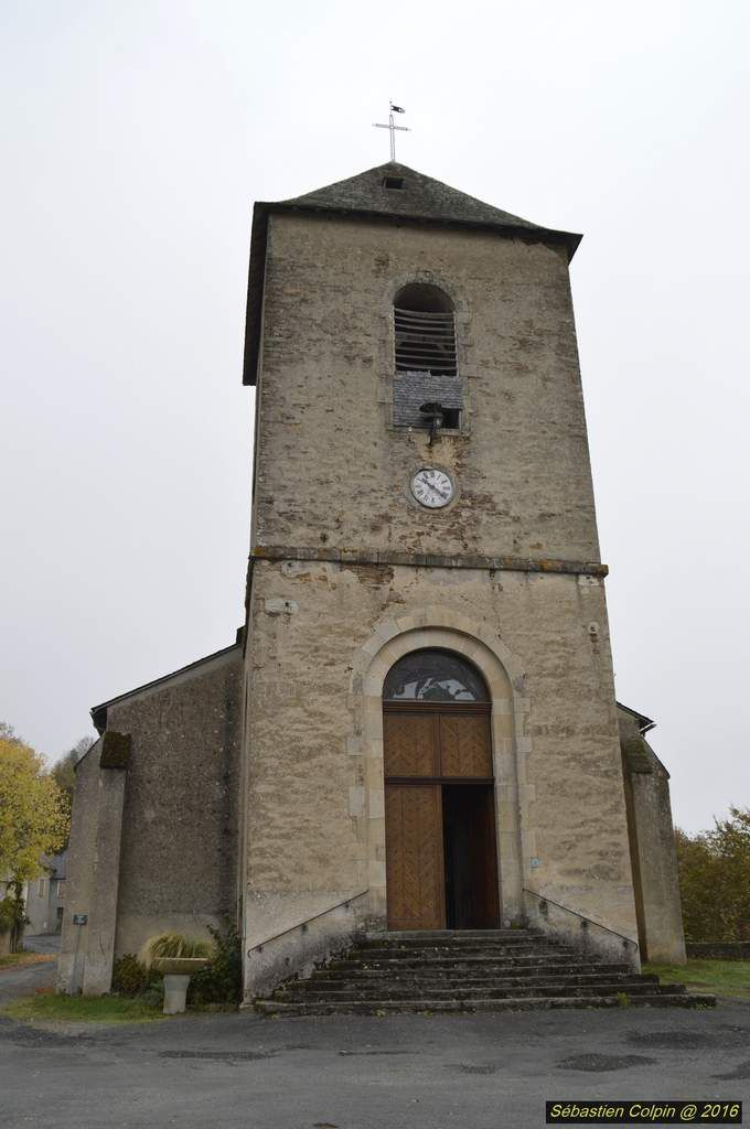 Situé sur la presqu'île d'une boucle de l'Auvézère, Ségur-le-Château est, comme son nom l'indique, un « lieu sûr » qu'avaient choisi les vicomtes de Limoges pour y établir leur château fort. S'il ne reste aujourd'hui qu'un donjon de cet édifice du XIIe S, maisons nobles à tourelles ou à colombages témoignent en nombre de l'époque fastueuse que connut le village du XV au XVIIIe S, alors Cour d'Appeaux rendant justice sur 361 Seigneuries de la région.