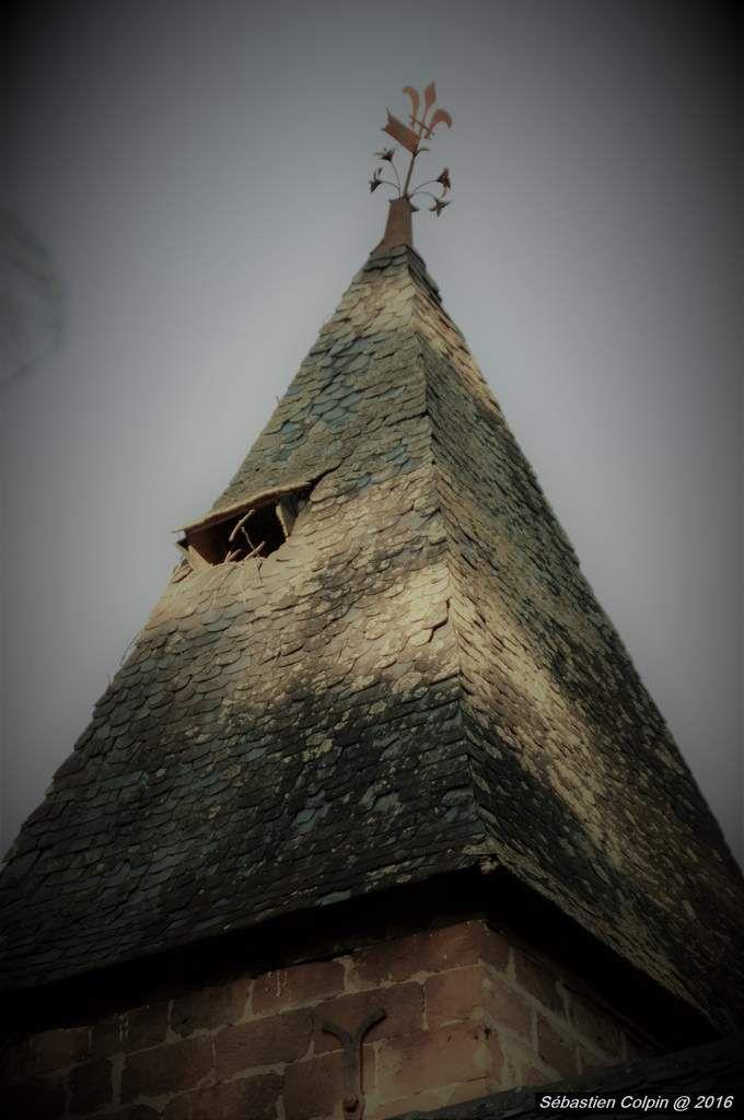 Photos d'un château et d'une chapelle abandonnés. Le château date du début du XIXème et ses deux tours du XVème siècle. Ce patrimoine est en péril, son délabrement avance rapidement car non entretenu, abandonné depuis plusieurs années.