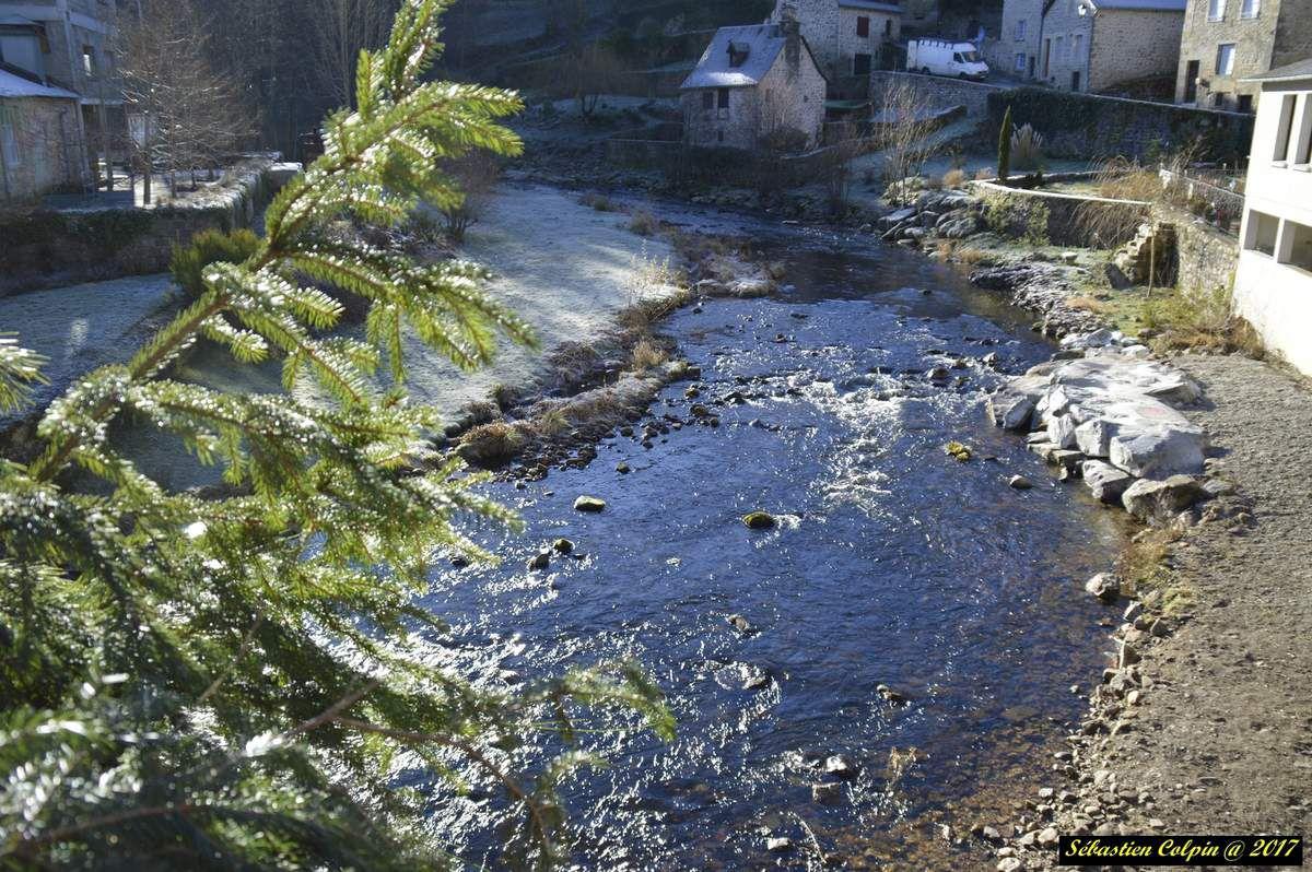 """Treignac (Trainhac en occitan) est un village français, situé dans le département de la Corrèze et la région du Limousin. Commune du parc naturel régional de Millevaches en Limousin, son relief de montagne offre de magnifiques paysages.  Ses habitants sont appelés les Treignacois et les Treignacoises. La commune s'étend sur 36,7 km² et compte 1 368 habitants. Avec une densité de 37,2 habitants par km². Treignac est situé à 20 km au nord-est de Seilhac la plus grande ville à proximité.  Treignac appartient à la Communauté de communes de Vézère-Monédières composée des communes de Affieux, Chamberet, Lacelle, Le Lonzac, L'Eglise-aux-Bois, Madranges, Peyrissac, Rilhac-Treignac, Saint-Hilaire-les-Courbes, Soudaine Lavinadière et Veix. Elle dépend de la préfecture de la Corrèze (arrondissement de Tulle), et du rectorat de Limoges.  Elle fait partie du canton Seilhac-Monédières et est jumelée avec Neuendettelsau (Allemagne).  Située au cœur du « Pays vert », la commune est dotée de deux principaux plans d'eau :  - Le lac des Barriousses, d'une superfie de 99 hectares, doté d'une plage ombragée et labellisée """"Pavillon Bleu"""", aménagée et surveillée du 1er juillet au 31 août. A proximité immédiate vous trouverez un camping trois étoiles avec sa piscine couverte et chauffée avec accès sécurisé à la plage. Vous trouverez sur lap lage, un restaurant/snack, un boulodrome, un terrain de volley-ball, un mini-golf, des jeux pour enfants ainsi que la bibliothèque de plein air. La station sports nature Vézère-Monédières y propose de nombreuses activités que vous découvrirez sur son site ci-après http://www.sportsnature-correze.fr/  - L'étang du portail qui est un lieu de détente aménagé où vous pourrez également pratiquer la pêche gratuitement (limité à 1 ligne par personne).  La rivière La Vézère traverse le village en serpentant et permet de réaliser de nombreux sports nautiques dont des compétitions de Canoë-Kayak.  Treignac est une ville d'accueil avec son riche patrimoine histori"""