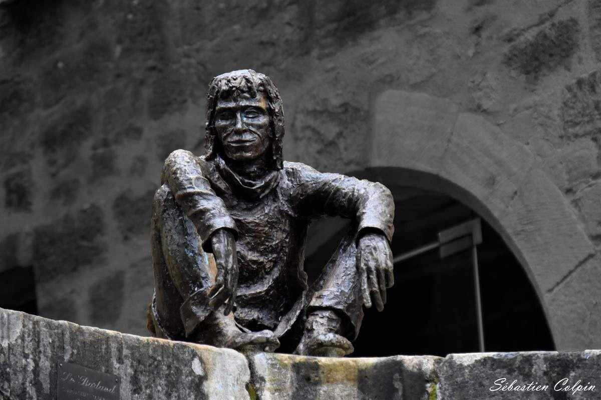 Le Badaud de Sarlat revisité. Oeuvre en bronze de Gérard d'Auliac, originaire de la commune voisine de Vitrac.