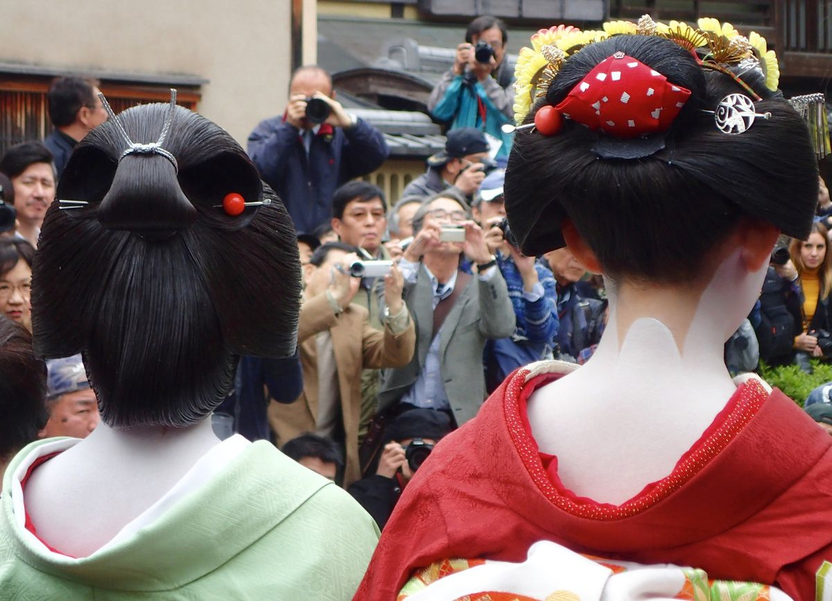 Geiko à gauche et Maiko à droite