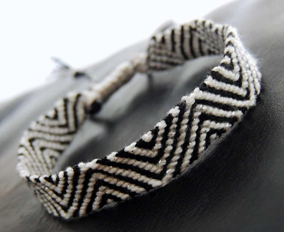 bracelet brésilien motif zig zag noir et blanc , les