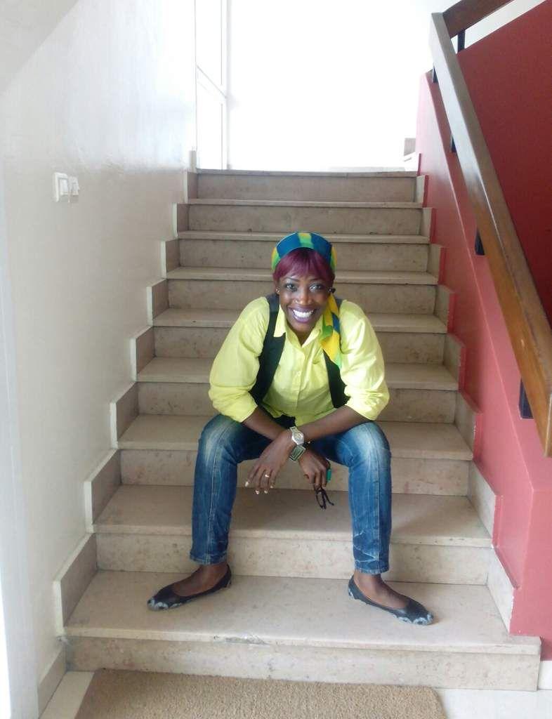 Foulard - chemise - gilet - bracelet (ça et là) - jeans (Mango) - ballerines (similaires) - montre (Swatch)