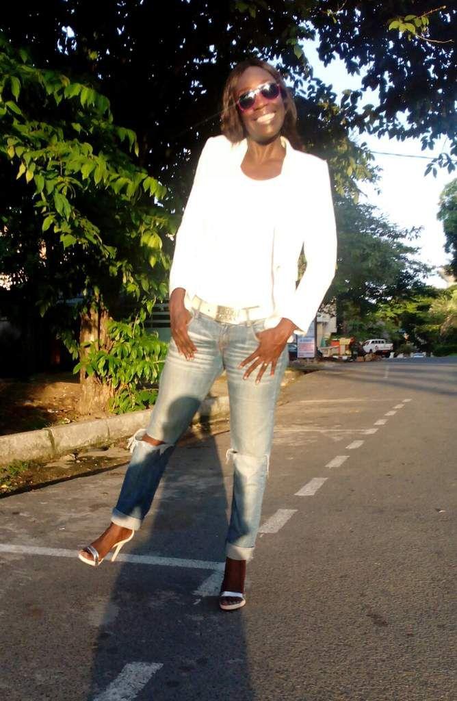 Lunettes (similaire) - Top (WE) - Blazer & Jeans (Mango) - Sandales (Sam Eldeman) - Ceinture
