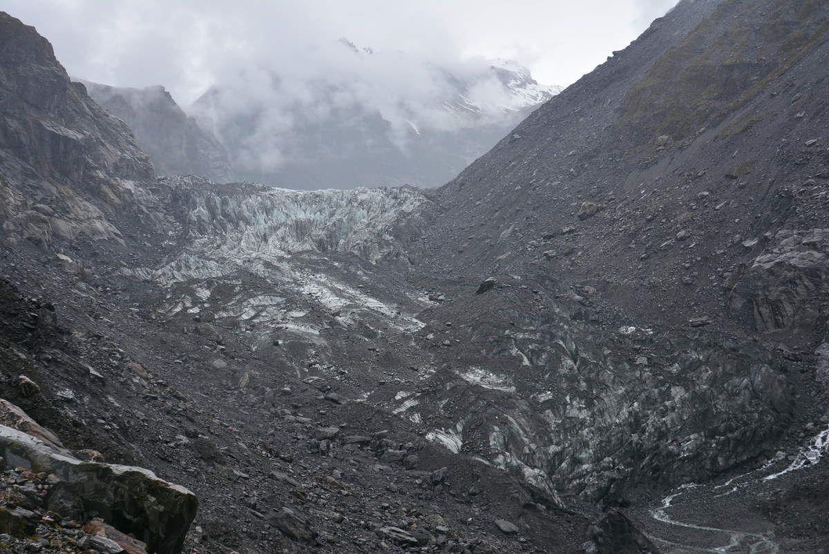 Fox Glacier en gris avec quelques gouttes sur l'objectif