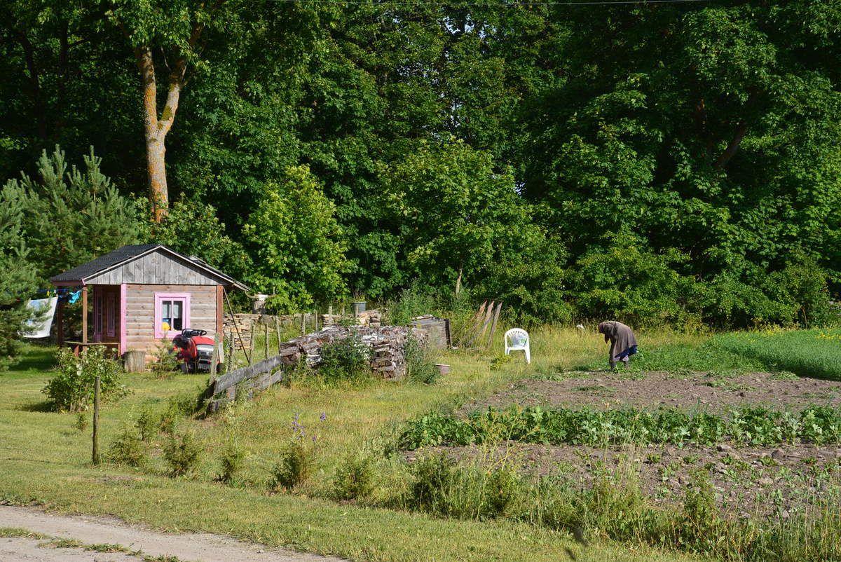 Les environs du Camping avec une magnifique chapelle et juste à côte la vieille dame qui tient sa canne dans une main et le sarcleur dans l'autre. Trop beau