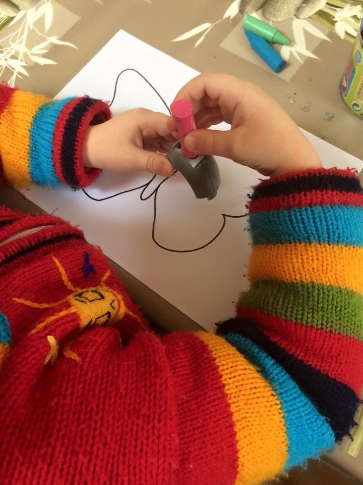 Papillon avec de la cire de crayons