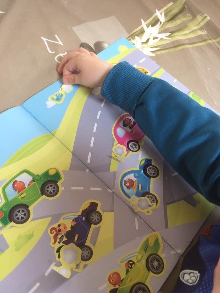 Complète la scène Livre d'autocollants Les voiture Editions Usborne