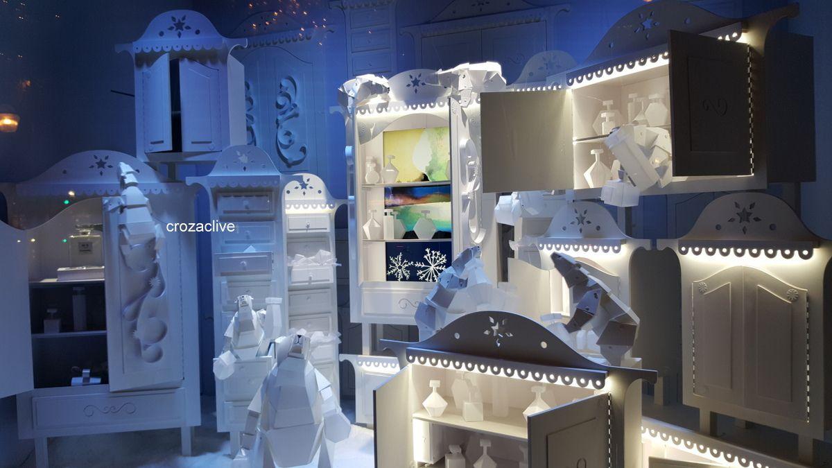 Promenade devant les vitrines des grands magasins Galeries Lafayette et le Printemps