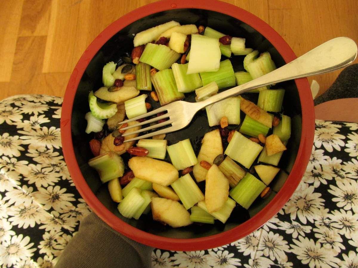 salade de céleri branche cru, pommes et petites graines