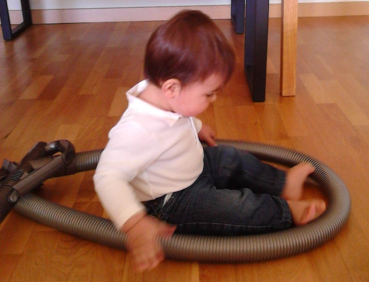 bébé et l'aspirateur : une grande histoire ^^