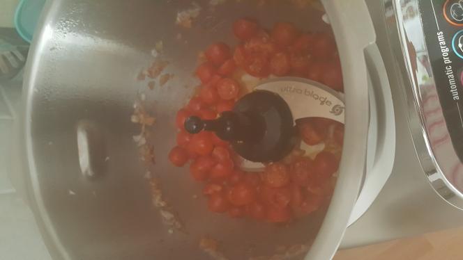 Ajouter l'huile d'olive, les tomates cerises coupées en 2 , lancer le programme slow cook P1 130°C pendant 5 minutes .