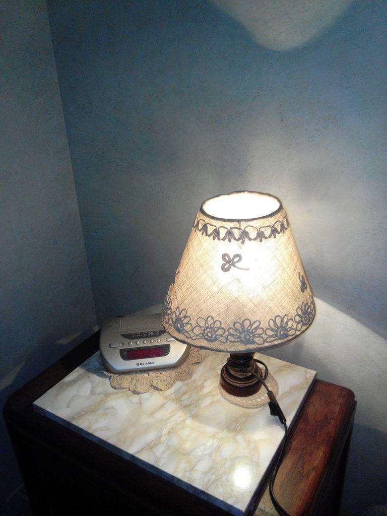 un manière de décoration avec le picot.Sur un support de lin avec motif bigouden ( trèffles,soucis et clochettes)