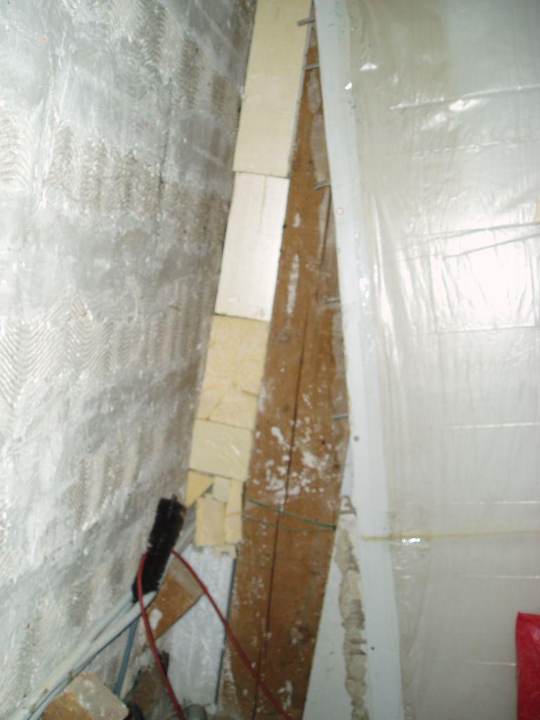 en septembre 2011 nous avons décidés de changer la cuisine et le salon de l'appartement. donc nous relevons les manches et au boulot. pas si facile que cela puisqu'il faut abattre des cloisons et refaire de l'isolation et un mur. mais bon c'est sans compter au savoir faire et a la technique de nos petites vies. reprise de l'électricité, de l'eau, du gaz. création d'une évacuation hotte aspirante ( diamètre 150 ), faux plafond sol en parquet aspect carrelage. beaucoup de travail et patience.