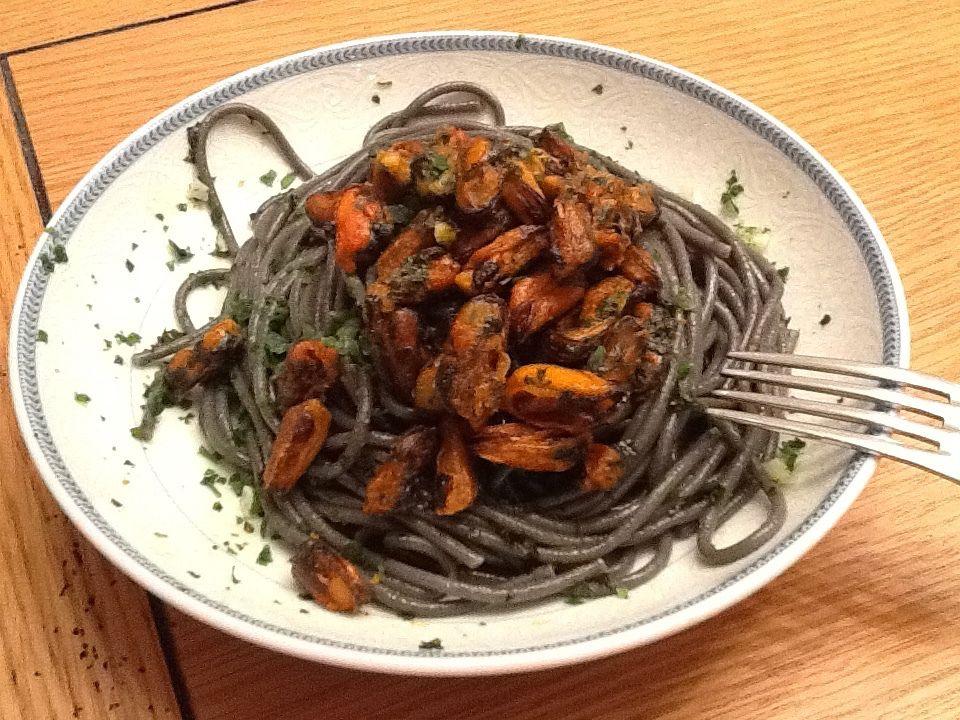 Recette : Spaghettis à l'encre de seiche et moules en persillade