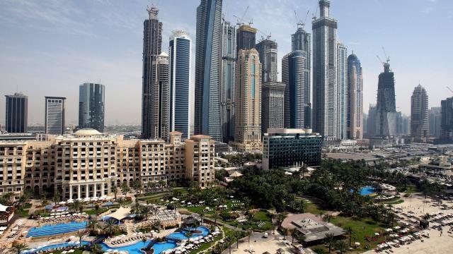 rougeur apparue dans le ciel de Dubaï : certains gratte-ciels seraient infectieux