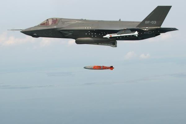 Chagrin émotionnel d'une bombe après qu'un F16 l'ait largué
