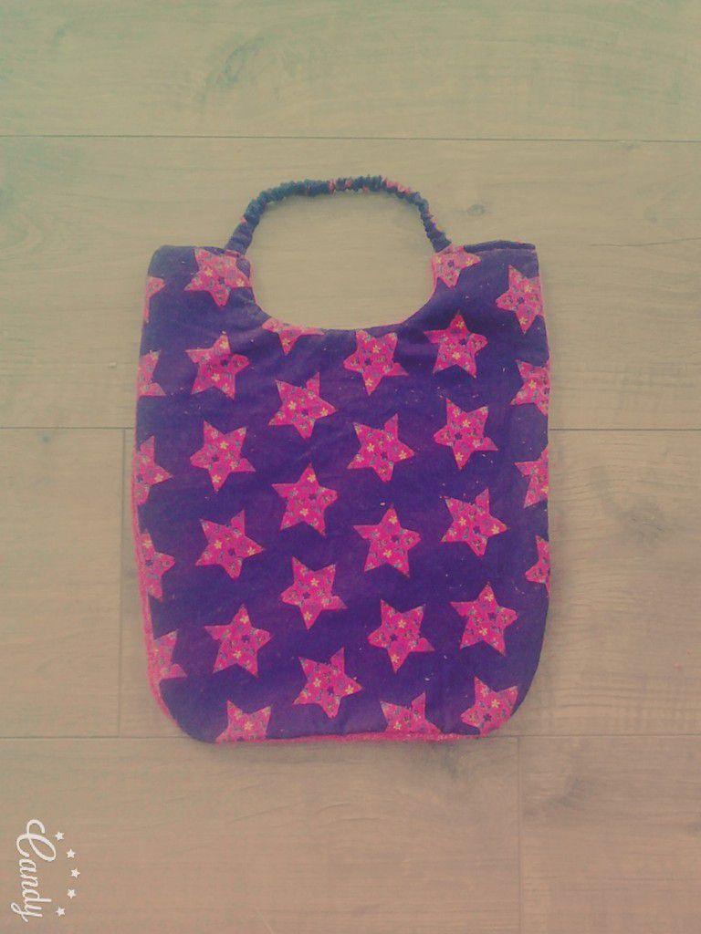 Le verso en velours violet et étoiles roses accordées au tissu éponge.