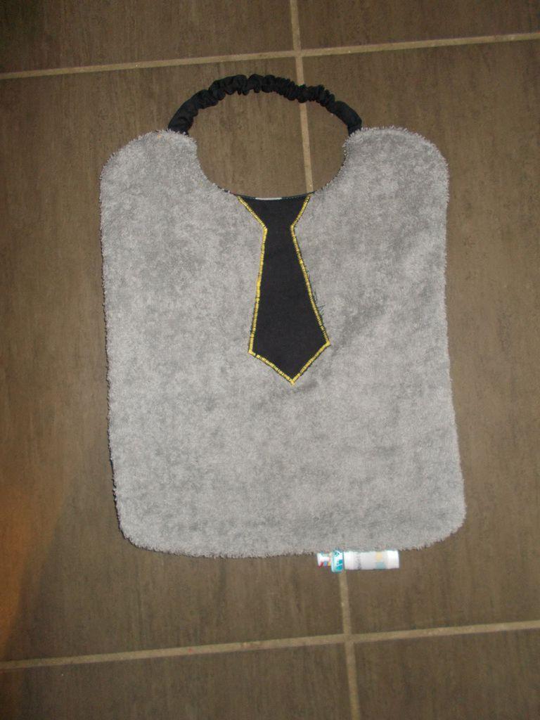 bavoir petite cravate noir sur eponge grise et coton circuit de voiture