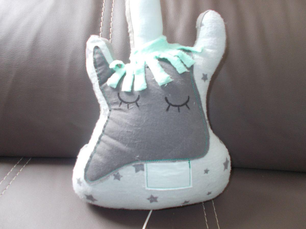 """gros plan sur le """"visage"""" de la guitare!les yeux sont peints et les cheveux sont en minky!"""