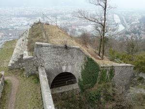 Parapet d'infanterie en terre à la Bastille de Grenoble