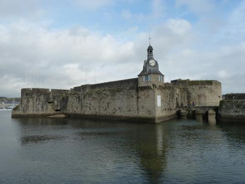 Vue de la demi-lune et des tours d'entrée de la Ville Close : toutes les parties hautes sont du XIXe siècle.