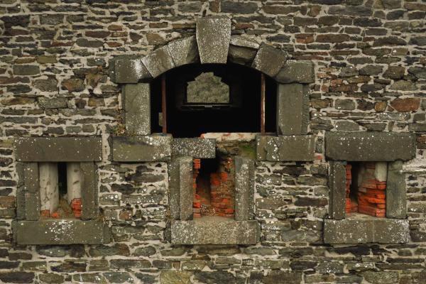 Corps de garde de la batterie de l'Aber (Crozon) : encadrements en dolérite, joues des créneaux en brique