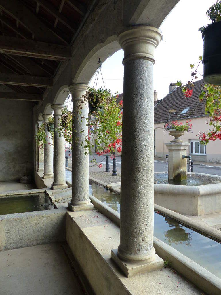 Les colonnes élégantes, se mirent dans le plan d'eau scintillant.