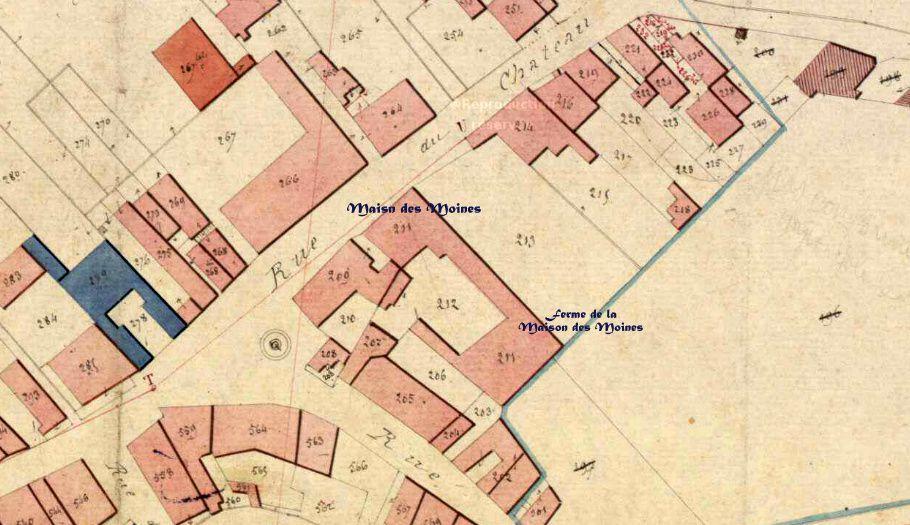 La Maison des Moines et l'évocation du Bourg castral.