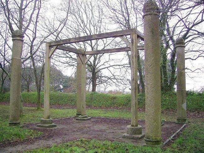 reconstitution des colonnes de justice. Commune de Plourin, Pays d'Iroise, Bretagne. Piliers de justice à Nîmes, Draguignan, Château de Kerjean.