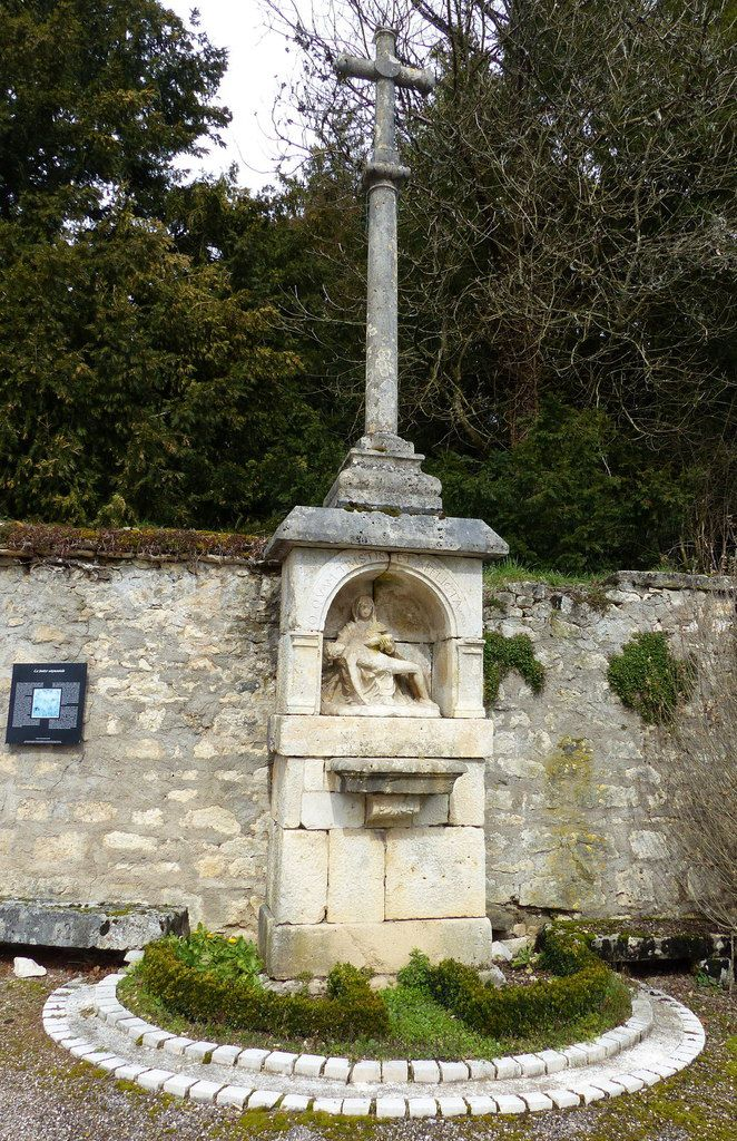"""1.Mémorial Othon de Ray. 2 et 3 Vierge à l'enfant. 4 Cuverie du Château. 5 et 6 croix """"Duc de Marmier"""". 7 Rue du Château n°17. 8à12à 10 croix """"du pilori """". 13 et 14 niches rue du Château. Photos Patrick  Mathie ( sauf 10)."""