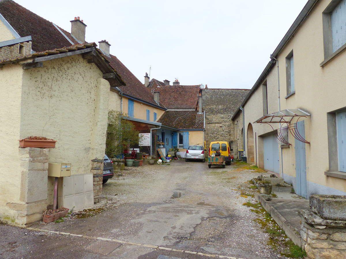 """1 texte de l""""abbé DALLET. 2.3 Emplacement actuel de l'ancienne brasserie, rue de l'Abreuvoir et son puits. 4 plan d'alignement des rues. La brasserie se situait sur les terrains 3-5-7 à gauche de la rue."""