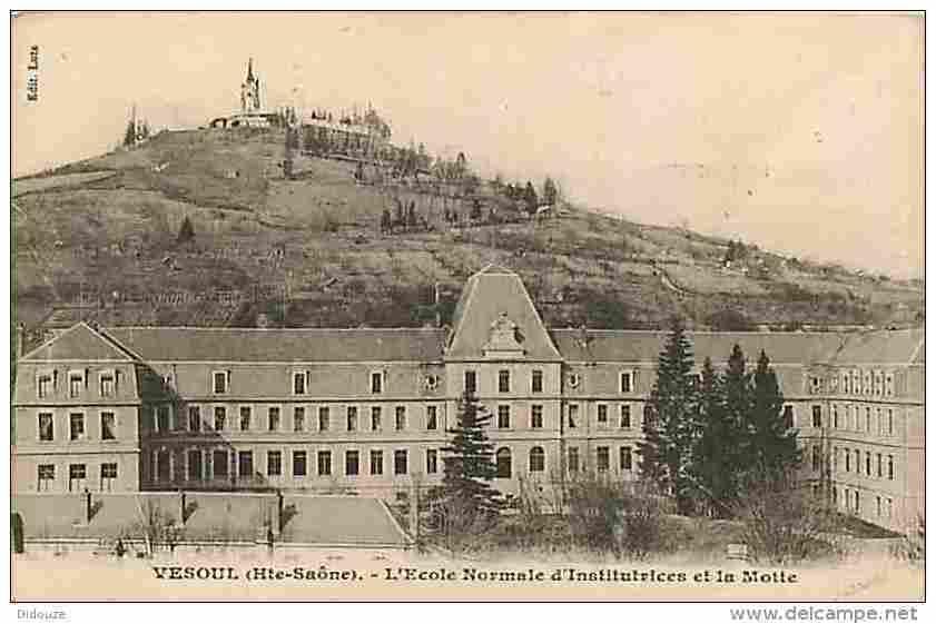 """Ecole normale de filles ( ENF) et de garçons ( ENG bâtiment foncé au centre, à l'arrière plan). Deux """"promotions"""" ( on disait """"promos"""") de normaliens et normaliennes à Vesoul."""