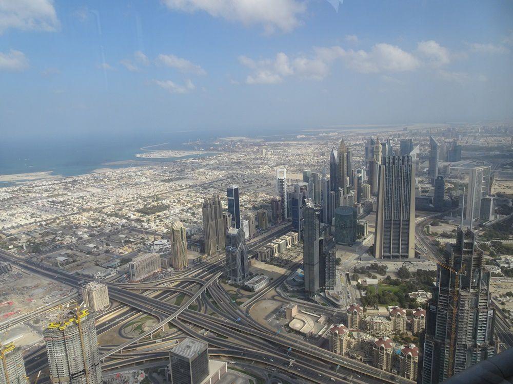 désert, gratte-ciel et travaux à perte de vue