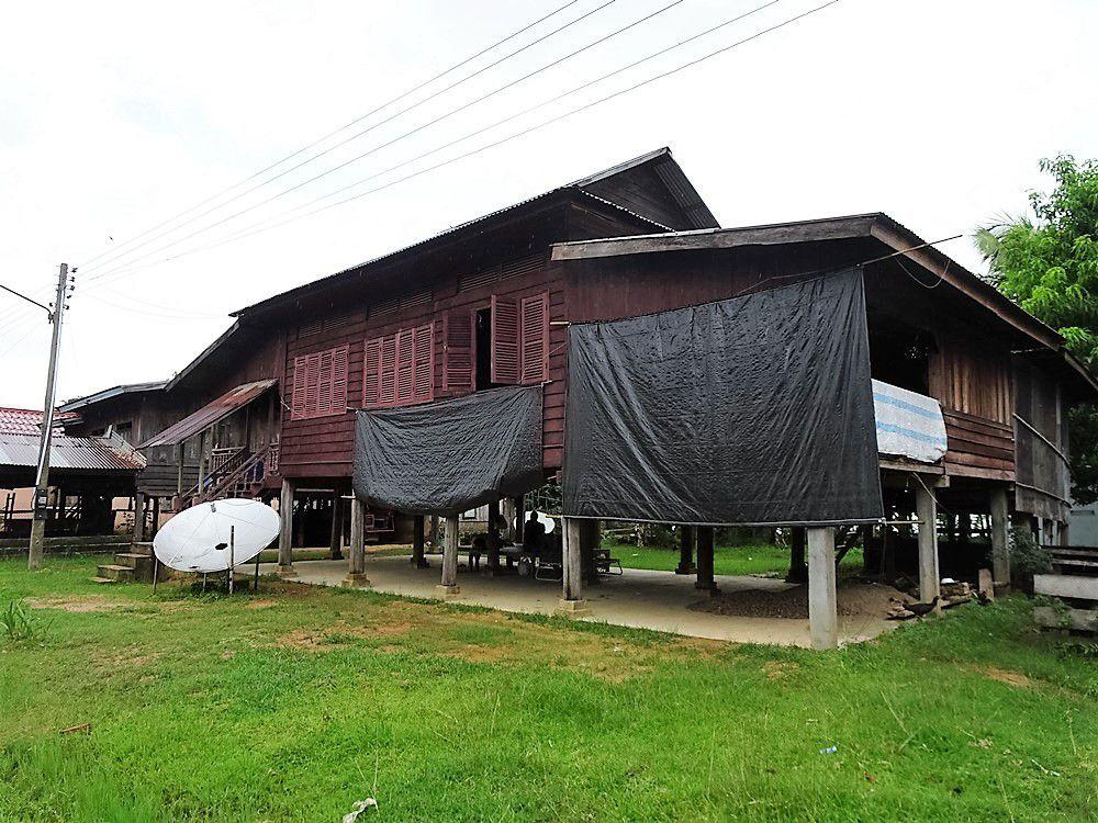 """La maison traditionnelle de """"riches"""", avec dalle en béton, fenêtres et antenne satellite"""