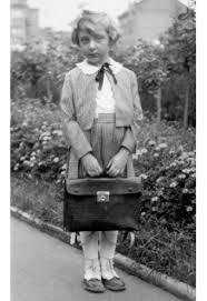 Helga est née le 10 Novembre 1929 à Prague, où elle vit encore après avoir passé près de trois ans dans le ghetto de Terezín, d'où, le 4 Octobre 1944, sa mère et elle ont été déportées à Auschwitz-Birkenau, puis à Freiberg, jusqu'à mi-Avril 1945, quand elles sont évacuées à Mauthausen dans des wagons de charbon à ciel ouvert, presque sans nourriture et sans eau. Le voyage dure seize jours. Elles sont libérées, complètement épuisées, par l'armée américaine, dans le camp de gitans, le 5 mai 1945.