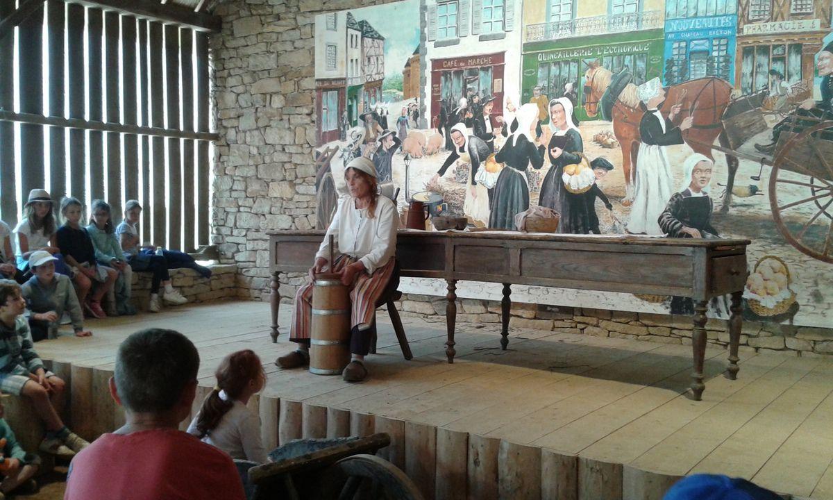 Après-midi: spectacle des lavandières, confection du beurre, dégustation de crêpes de blé noir cuites au feu de bois, danse bretonne, jeux traditionnels, nourrissage des animaux, broyage du seigle ....L'après midi  les PS MS ont assisté au spectacle des lavandières, ont nourrit les animaux, ont assisté au travail du cheval,  ont joué aux jeux bretons