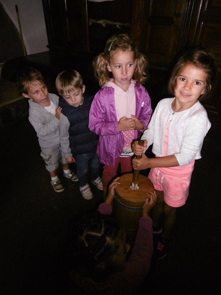 Ateliers du matin: Après une visite du village, de la lande et des animaux, les CP/CE1 ont découvert les jeux buissonniers (fabrication de bateaux en jonc et navigation dans le ruisseau/ écoute de conte et fabrication de couronne en lierre). Les PS MS GS  ont fabriqué de la bouillie de blé noir et goûter la bouillie qu'ils avaient préparé. Ensuite ils ont fabriqué du beurre qu'ils ont dégusté au petit déjeuner, ils ont également goûté des crêpes de blé noir.