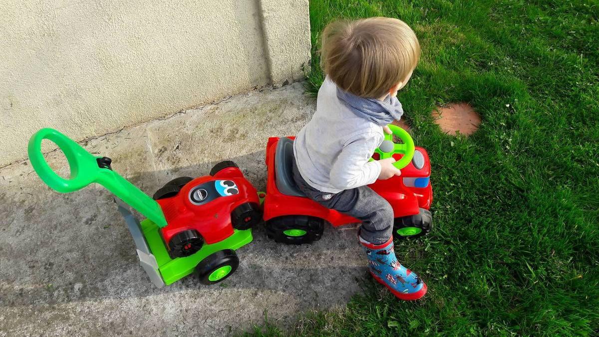 Le tiboy est fan ! Equipé de ces bottes, voilà mon petit jardinier en action !