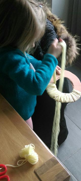 enfilage des 10 fils de laine en même temps autour du carton