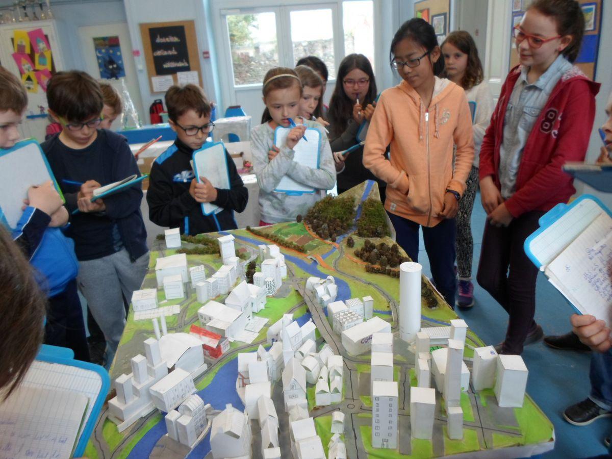 Suivez le guide... Pour apprécier tout ce travail, des élèves ont joué le rôle de guides et surtout expliqué leurs démarches, les techniques utilisées.