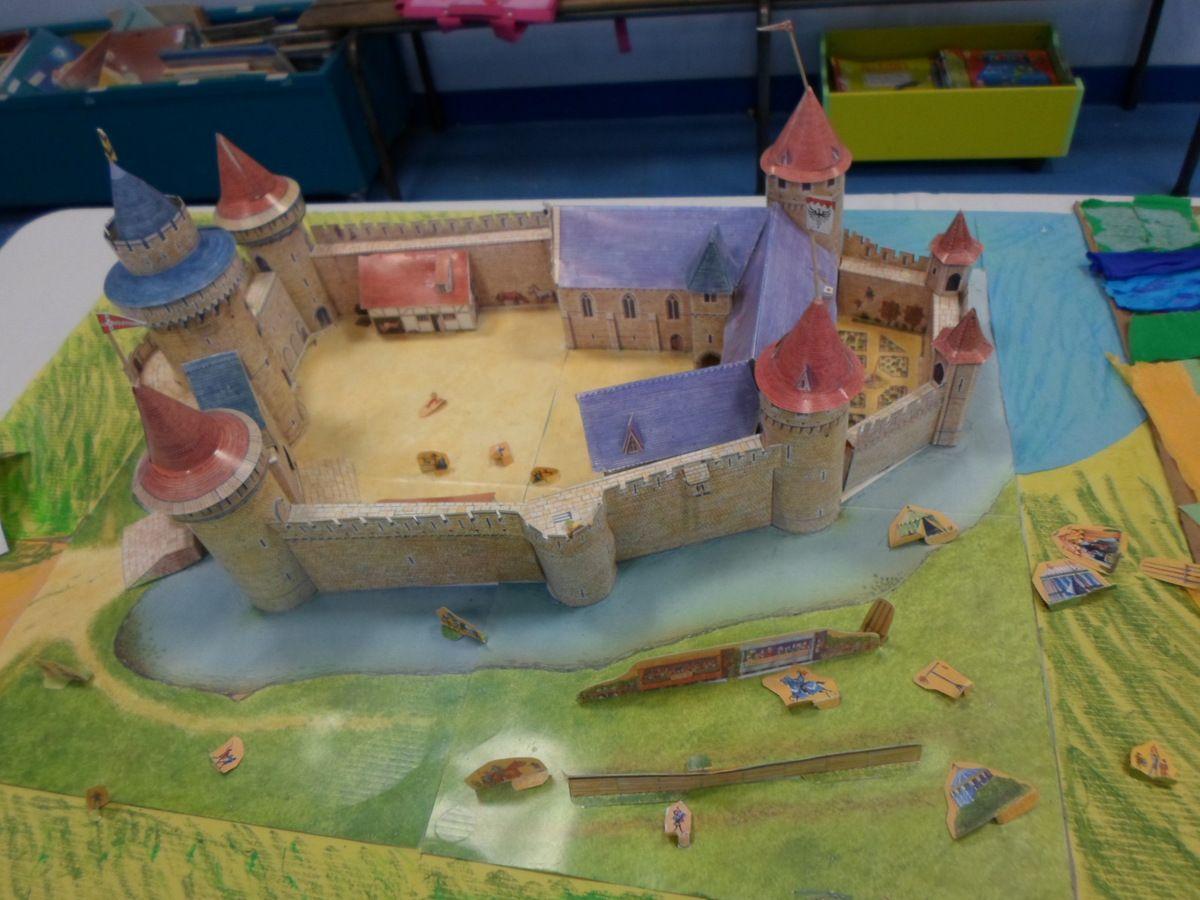 """Les CE2/CM1 ont réalisé des maquettes en lien avec leur programme d'histoire: un village de l'époque                                              gauloise, un château et un village du Moyen-âge.Ils ont aussi dessiné la ville à partir du poème de Jacques Charpentreau """"Dans ma ville ,il y a..."""". ville"""