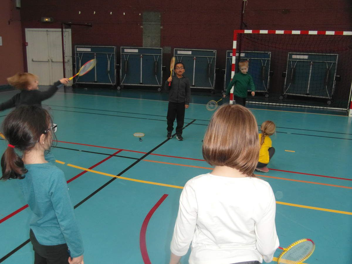 Depuis plusieurs semaines, nous allons à la salle Bagatelle le mardi après-midi pour s'initier aux jeux de raquettes.