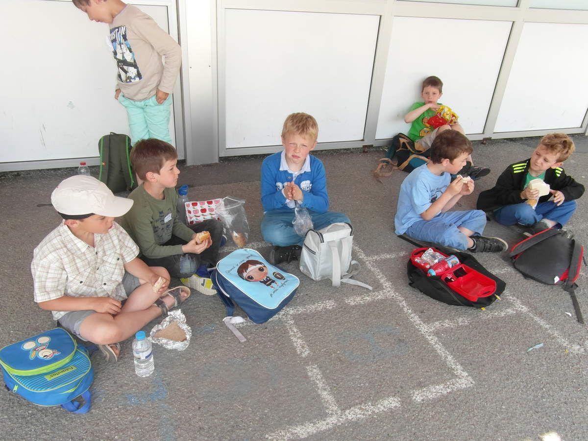 """Vendredi 2 juin, nous avons passé la journée avec des enfants de l'école Jeanne D'arc d'Octeville et de l'école Notre Dame d'Equerdreville pour notre """"défi lecture"""". Ensemble, nous avons fait des jeux et des activités portant sur les deux livres que nous avions lus en classe : """"Quel bazar chez Zoé"""" et """"Minable le pingouin"""". A la fin de la journée, nous nous sommes échangés un marque page en souvenir."""