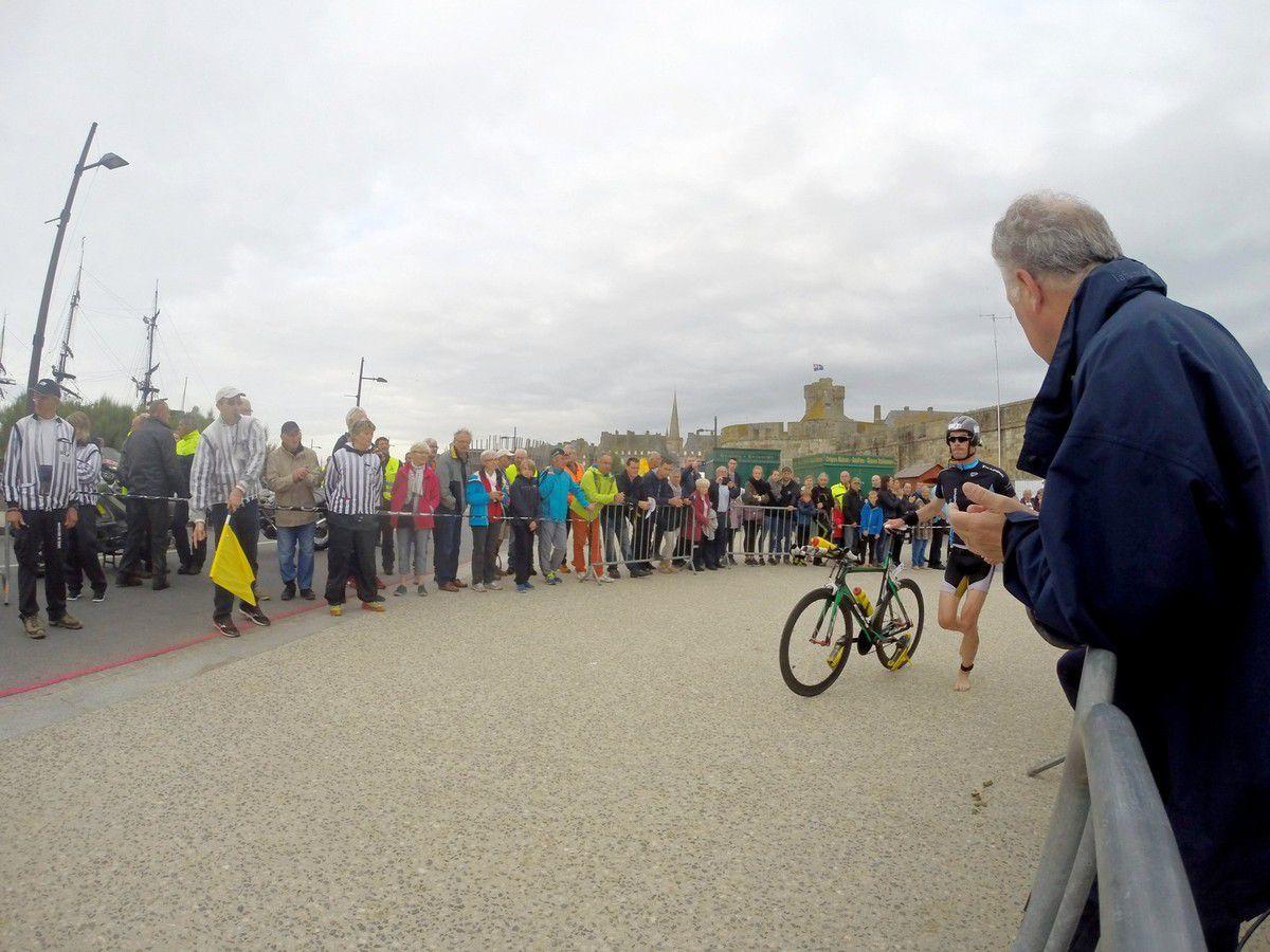 Iron Corsaire 2016: Départ en vélo pour un concurrent (Dossard N°2)