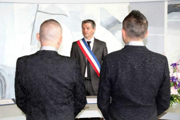 """Cyrille, 49 ans, et Eric, 45 ans, se se sont dits """"oui"""" près de Caen (Calvados), samedi 8 juin 2013. Le premier mariage gay de Normandie. (Crédit photo : Nicolas Orhant – Mairie d'Hérouville Saint-Clair)"""