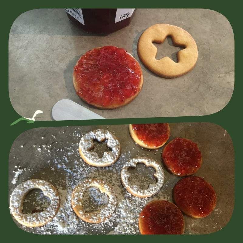 Tartinez les fonds de gâteaux de confiture ou gelée. A part, saupoudrez avec du sucre glace les cercles emporte-piécés et déposez-les sur les fonds garnis de confiture ou gelée.