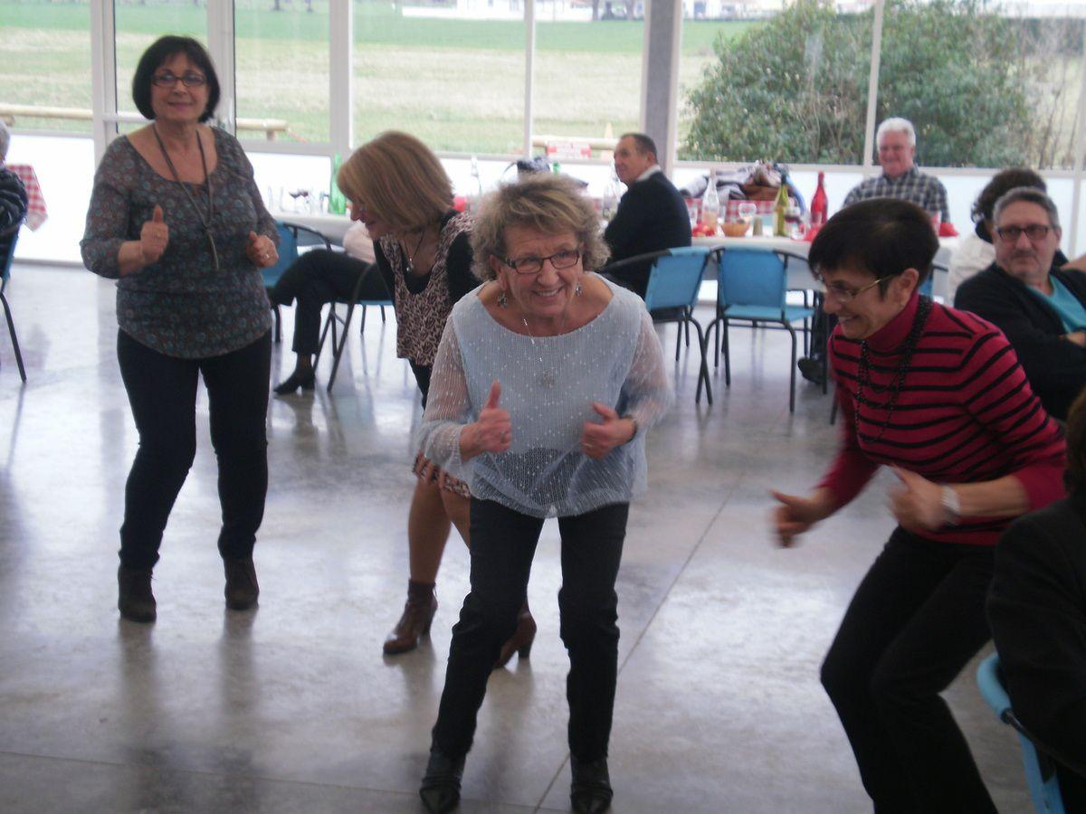 Une fois le ventre bien plein il faut faire glisser tout cela alors on danse, on saute, on passe dessus, dessous bref une pagaille indescriptible mais on rigole bien quand même